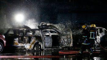 Los bomberos intentan apagar un incendio en un negocio de concesionarios de automóviles, luego de protestas por la posible aprobación de un proyecto de ley en el Congreso que busca autorizar retiros de fondos de pensiones en Santiago, Chile, a principios del 15 de julio de 2020.