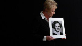 Nancy Holling-Lonnecker muestra una foto de cuando era niña, de la época en que dice fue violada varias veces por un cura en un confesionario. Foto del 20 de noviembre del 2019 tomada en la casa de la mujer en San Diego, California.