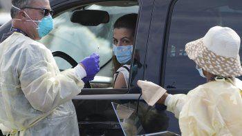 Personas hacen fila con sus vehículos en un centro de vacunación contra COVID-19 afuera de The Forum, en Inglewood, California, el martes 19 de enero de 2021.