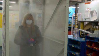 La máquina que se prueba en un hospital de Pern, en Rusia,sólo toma 50 segundospara desinfectar la ropa, los zapatos y otros artículos del personal médico.