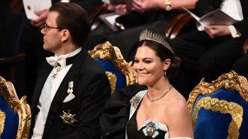 En esta foto de archivo tomada el 10 de diciembre de 2019, la princesa heredera Victoria de Suecia (derecha) y el príncipe heredero Daniel de Suecia se sientan al comienzo de la ceremonia de entrega de premios Nobel en la Sala de Conciertos de Estocolmo, Suecia.