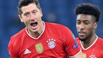 El delantero polaco del Bayern de Múnich, Robert Lewandowski, celebra tras abrir el marcador durante los octavos de final de la Liga de Campeones de la UEFA en el partido de ida de fútbol Lazio Roma vs Bayern Múnich el 23 de febrero de 2021 en el Estadio Olímpico de Roma.