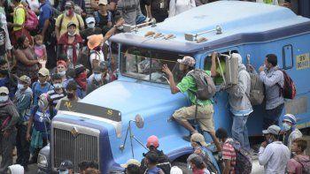 Los migrantes que llegaron en caravana desde Honduras en su camino a Estados Unidos, son bloqueados por fuerzas de seguridad en Vado Hondo, Guatemala, el 18 de enero de 2021.