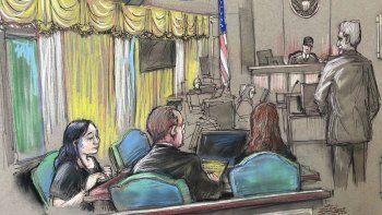 Boceto del 15 de abril de 2019 de Yujing Zhang, izquierda, la mujer china acusada de invasión de propiedad privada por intentar entrar al club Mar-a-Lago del presidente Donald Trump en Palm Beach, durante una audiencia en West Palm Beach, Florida.