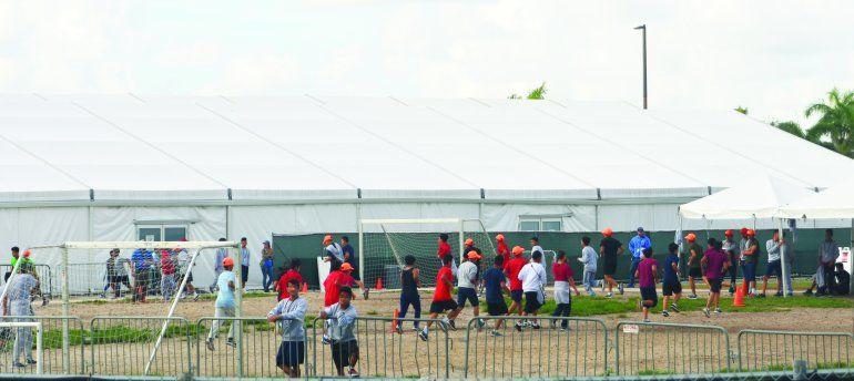 En esta foto tomada desde las afueras del refugio