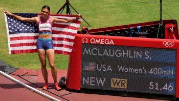 La estadounidense Sydney Mclaughlin celebra después de ganar la medalla de oro e imponer récord mundial en la final de los 400 metros con vallas en Tokio 2020
