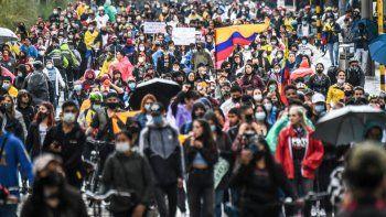 Los manifestantes participan en una protesta contra una reforma tributaria propuesta por el gobierno del presidente colombiano Iván Duque en Bogotá, el 4 de mayo de 2021. La comunidad internacional condenó el martes lo que la ONU describió como un uso excesivo de la fuerza por parte de los agentes de seguridad en Colombia después de Los datos oficiales mostraron que 19 personas murieron y 846 resultaron heridas durante los días de protestas contra el gobierno.