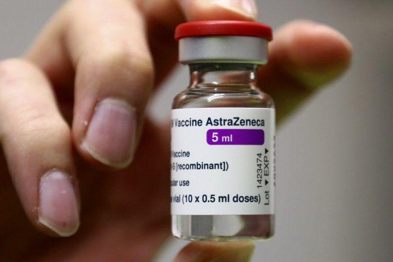 Personal médico prepara una vacunad de AstraZeneca contra el coronavirus en el centro de vacunación de Ebersberg