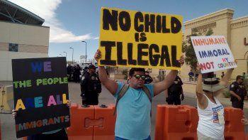 Manifestantes participan en una protesta contra la separación de familias frente a decenas de agentes de Aduanas y Protección Fronteriza, en El Paso, Texas, EEUU.