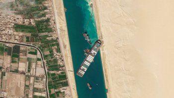 ARCHIVO - En esta imagen del 28 de marzo de 2021, una fotografía de satélite de Planet Labs Inc. muestra el carguero MV Ever Given atascado en el Canal de Suez, cerca de Suez, Egipto.