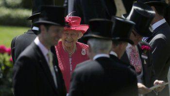 En esta foto de archivo del jueves 21 de junio de 2018, la reina Isabel II de Gran Bretaña llega el tercer día de la reunión de la carrera de caballos Royal Ascot, que tradicionalmente se conoce como el Día de las Damas, en Ascot, Inglaterra.