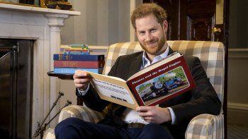 En esta foto de enero de 2020 y puesta a disposición el lunes 27 de abril de 2020 por Mattel, el príncipe Harry de Gran Bretaña posa para una foto durante la grabación de su introducción al nuevo especial animado Thomas & Friends: The Royal Engine.