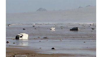 Vista general de vehículos arrastrados a la playa de la localidad de Chañaral por las inundaciones torrenciales de hace dos días, en Chañaral, a 1000 kilómetros al norte de Santiago deChile. Foto EFE