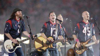 En esta foto del nueve de octubre de 2014, The Eli Young Band tocaen el medio tiempo de un partido de la NFL en Houston. La banda, dará una serie de conciertos en junio.