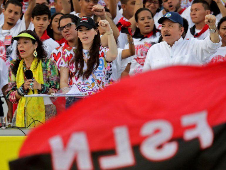 Los dictadores Rosario Murillo y Daniel Ortega con su hija Camila Ortega Murillo