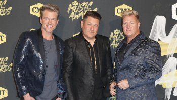 Joe Don Rooney, de izquierda a derecha, Jay DeMarcus, y Gary LeVox, del trío country Rascal Flatts, llegan a los CMT Music Awards en Bridgestone Arena en Nashville, Tennessee.