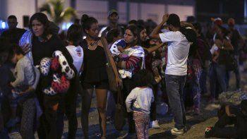 Decenas de venezolanos esperan cruzar la frontera entre Ecuador y Perú por Tumbes, Perú, el 14 de junio del 2019, antes de que entrara en vigor los nuevos requisitos para el ingreso, incluido un pasaporte