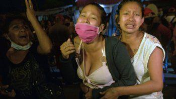 Familiares de reclusos lloran afuera de la prisión en Guayaquil, Ecuador, el 25 de febrero de 2021, mientras exigen a la policía que intervenga durante un motín que tiene lugar en el interior. Al menos 79 presos murieron en disturbios simultáneos atribuidos a la guerra de pandillas en cuatro prisiones en Ecuador, dijeron las autoridades el miércoles.