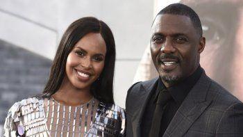 En esta fotografía de archivo del 13 de julio de 2019 Idris Elba, centro, llega con su esposa Sabrina Dhowre Elba, izquierda, e Isan Elba, derecha, al estreno en Los Angeles de Fast & Furious Presents: Hobbs & Shaw, en el Teatro Dolby.