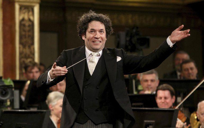 En esta fotografía del 1 de enero de 2017 el director de orquesta venezolano Gustavo Dudamel dirige a la Orquesta Filarmónica de Viena durante el tradicional concierto de Año Nuevo en el Salón Dorado del Musikverein en Vienna