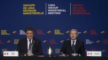 El ministro de Exteriores de Perú, Gustavo Meza-Cuadra, y su contraparte canadiense Francois-Philippe Champagne sonríen durante una reunión del Grupo de Lima en Gatineau, Canadá, el jueves 20 de febrero de 2020.