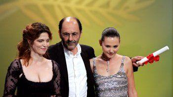 En esta foto de archivo tomada el 22 de mayo de 2004, la actriz francesa Viriginie Ledoyen (derecha) posa con la directora francesa Agnes Jaoui (izquierda) y el actor francés Jean-Pierre Bacri, quienes tienen su premio al mejor escenario por la película Comme Une Image, durante la ceremonia de clausura del 57 ° Festival de Cine de Cannes.