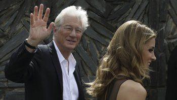 El actor estadounidenseRichardGerey su novia, Alejandra Silva en la capital donostiarra, donde participan en la 64 edición del Festival Internacional de Cine de San Sebastián.