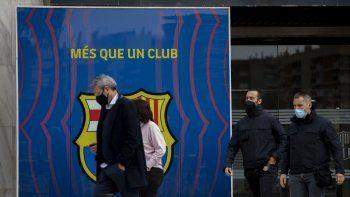 Agentes de la policía catalana afuera de las oficinas del FC Barcelona, el martes 1 de marzo de 2021, en Barcelona. Apenas días después que su último presidente electo se pasó una noche en la cárcel, miembros del Fútbol Club Barcelona votarán por uno nuevo para que saque al club del peor período de su memoria reciente.