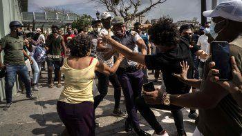 NOTICIA DE VENEZUELA  - Página 18 La-policia-pelea-y-detiene-un-manifestante-antigubernamental-una-protesta-la-habana-cuba-el-domingo-11-julio-2021-cientos-manifestantes-salieron-las-calles-varias-ciudades-cuba-protestar-contra-la-escasez-alimentos-y-los-altos-precios-medio-la-crisis-sanitaria-la-pandemia-coronavirus