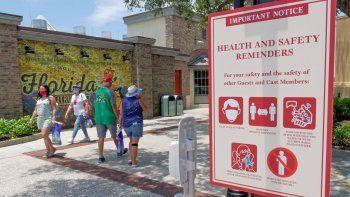 En imagen de archivo del 16 de junio de 2020, los señalamientos recuerdan a los clientes usar mascarillas y seguir otros protocolos por la pandemia del coronavirus en la entrada del complejo de tiendas, restaurantes y centros de entretenimiento Disney Springs en Lake Buena Vista, Florida.