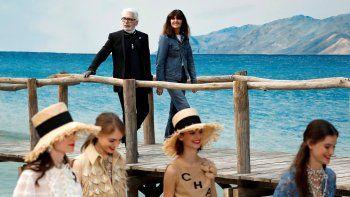 El diseñador Karl Lagerfeld sucumbió a una cierta naturalidad en los estilismos, poco frecuente en sus colecciones, pese a los imprescindibles trajes en tweed y vestidos de lentejuelas.