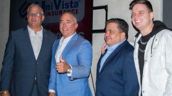 Marko (extrema derecha), durante su presentación como embajador de las redes sociales deUniVista Insurance junto a Carluchoe Iván Herrera (centro) fundador y líder de la compañía.