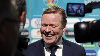 En esta imagen de archivo, tomada el 30 de noviembre de 2019, el entrenador Ronald Koeman sonríe a periodistas tras el sorteo de los emparejamientos para la Eurocopa 2020, en Bucarest, Rumanía.