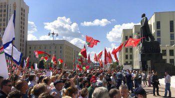 Cientos de partidarios del presidente bielorruso Alexander Lukashenko se reúnen el domingo 16 de agosto de 2020 en la Plaza de la Independencia, en Minsk, Bielorrusia.