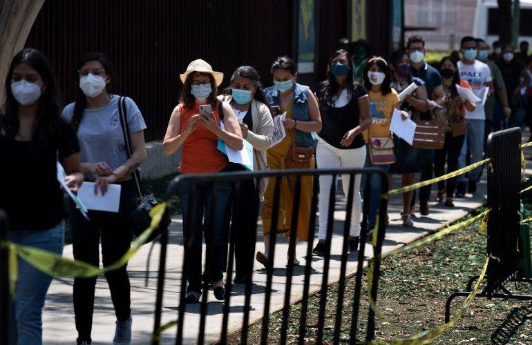 Educadoras hacen fila para que les pongan la vacuna de CanSino contra el COVID-19 en el Instituto Politécnico Nacional en la Ciudad de México