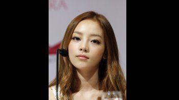 En esta foto del 10 de julio del 2012, la cantante Goo Hara, del grupo femenino surcoreano KARA, durante una conferencia de prensa en Singapur. Hara fue hallada muerta en su casa en Seúl el domingo 24 de noviembre del 2019. Tenía 28 años.