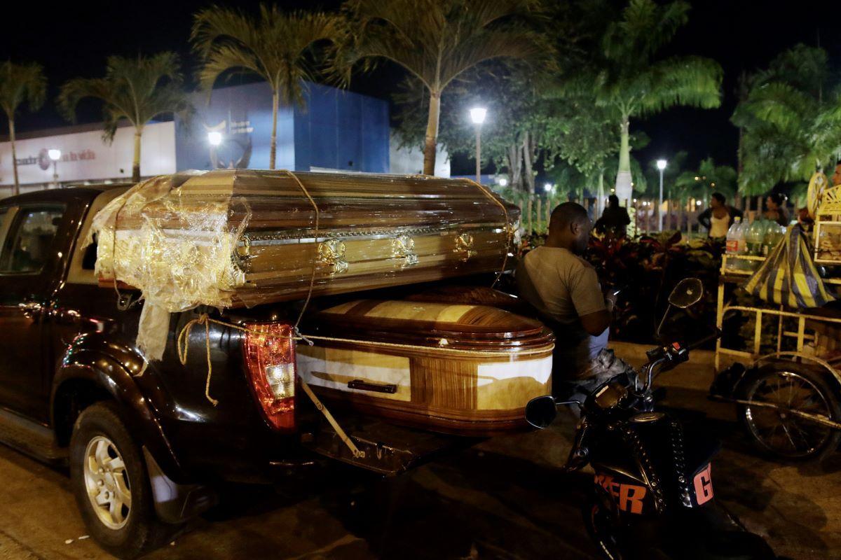 Ataúdes para los cuerpos de los reclusos muertos en un motín en la penitenciaría Litoral se encuentran en un camión al lado de la morgue en Guayaquil, Ecuador, el miércoles 29 de septiembre de 2021.