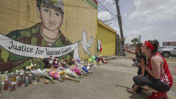 Dawn Gomez sostiene a su nieta Saryia Greer, de 3 años, quien observa un mural en honor de la soldado asesinada Vanessa Guillén, obra de Alejandro Donkeeboy Roman Jr. , a un costado de la Taquería del Sol, el jueves 2 de julio de 2020, en Houston.