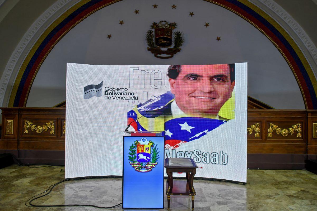 La imagen del supuesto testaferro Alexander Saab se proyecta en una pantalla en la Asamblea Nacional, en Caracas el 16 de octubre de 2021, antes de una conferencia de prensa.
