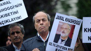 Activistas de la Asociación turca de Derechos Humanos sujetan pancartas con imágenes del periodista saudí desaparecidoJamalKhashoggidurante una manifestación frente al consulado de Arabia Saudí en Turquía.