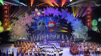 En imagen de archivo del 17 de septiembre de 2019, la mascota de los Juegos Olímpicos de Invierno Beijing 2022, Bing Dwen Dwen, a la izquierda en la pantalla, y la mascota de los Juegos Paralímpicos de Invierno 2022, Shuey Rong Rong, son presentadas en una ceremonia en la Arena Shougang de hockey sobre hielo, en Beijing.