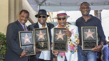 El grupo de izquierda a derecha: Robert Kool Bell, Ronald Khalis Bell, Dennis DT Thomas y George Brown asisten a una ceremonia en honor a Kool and the Gang con una estrella en el Paseo de la Fama de Hollywood el 8 de octubre de 2015 en Los Angeles. .
