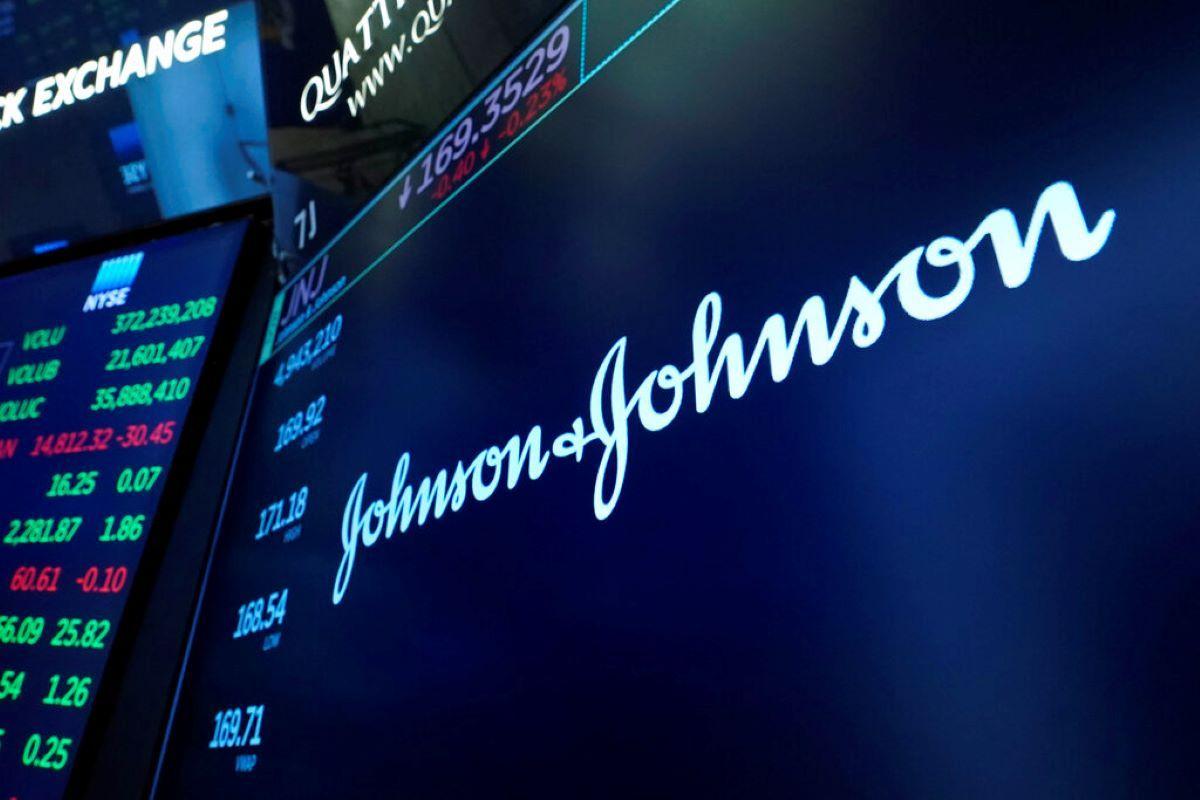 El logotipo de Johnson & Johnson aparece en una pantalla en el piso de la Bolsa de Valores de Nueva York.