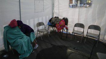 Gente duerme en sillas bajo una carpa establecida en la banqueta afuera de un hospital donde esperan noticias de sus seres queridos en Iztapalapa, Ciudad de México, el jueves 7 de mayo de 2020.