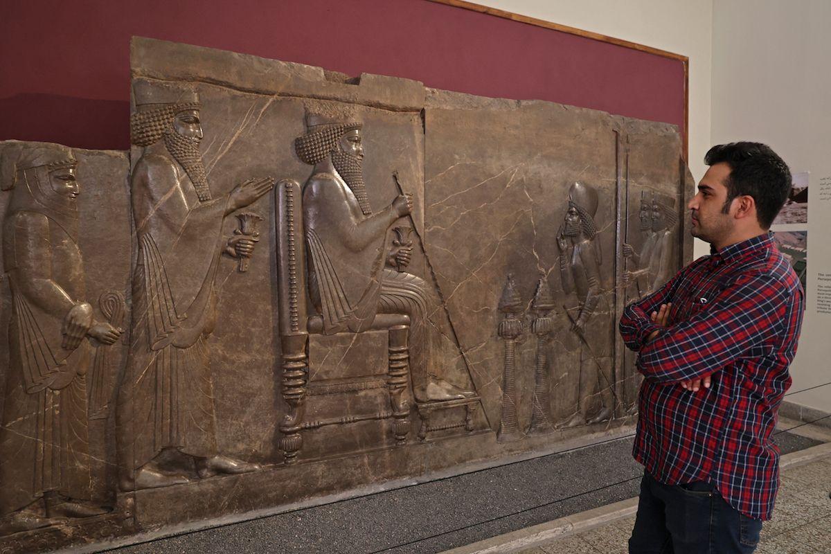 Un aficionado al arte visita el National Museum of Iran en la capital persa. En Irán los museos reabrieron este domingo tras dos años de cierre a causa de la pandemia.