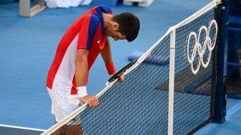 El serbio Novak Djokovic reacciona después de perder ante el español Pablo Carreño Busta su partido de tenis individual masculino de los Juegos Olímpicos de Tokio 2020 por la medalla de bronce