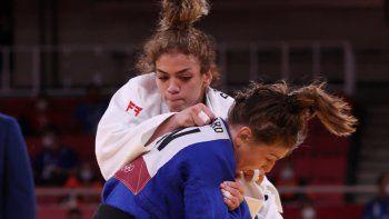 La venezolana Anriquelis Barrios (blanca) y la canadiense Catherine Beauchemin-Pinard compiten en el combate femenino de judo por la medalla de bronce B de -63 kg durante los Juegos Olímpicos de Tokio 2020
