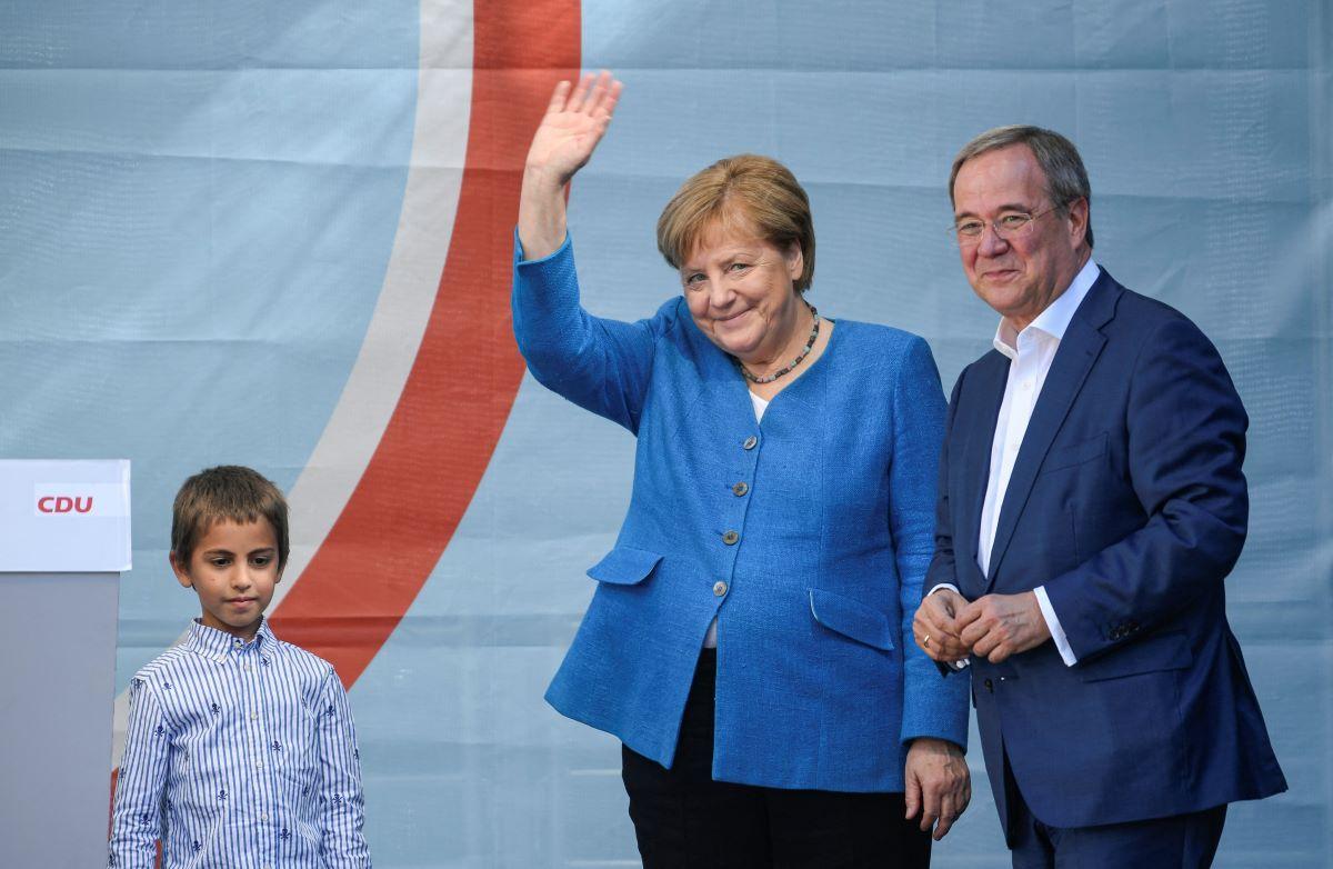 El líder y candidato a canciller de la Unión Demócrata Cristiana, Armin Laschet junto a la canciller alemana, Angela Merkel, durante su mitin de campaña en Aquisgrán, Alemania occidental, el 25 de septiembre de 2021.