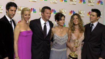 En esta foto de archivo del 22 de septiembre de 2002, el elenco de Friends, de izquierda a derecha, David Schwimmer, Lisa Kudrow, Matthew Perry, Courteney Cox, Jennifer Aniston y Matt LeBlanc posan en la sala de prensa de los Emmy Awards en Los Ángeles. La reunión de este año se ha retrasado por la pandemia delcoronavirus.