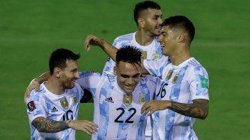 El argentino Joaquín Correa (derecha) celebra con sus compañeros Lionel Messi (izquierda) y Lautaro Martínez tras anotar contra Venezuela durante el partido de clasificación sudamericano para la Copa Mundial de la FIFA Catar 2022 en el Estadio Olímpico de la UCV en Caracas